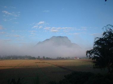 朝霧に頭を出すチェンダオ山