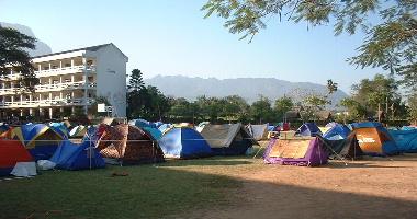 校庭に張られた様々なテント
